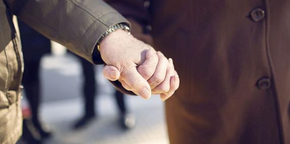 Mans agafades d'una parella de gent gran.  © Laura Guerrero