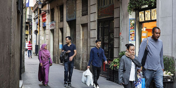 Diverses persones passejant pel Raval. © Paola de Grenet