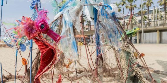 Cavallet de mar fet amb materials reciclats. © Curro Palacios