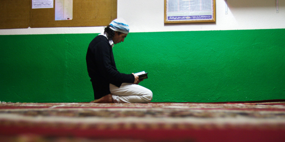 Un home resa en un oratori islàmic © Eva Parey
