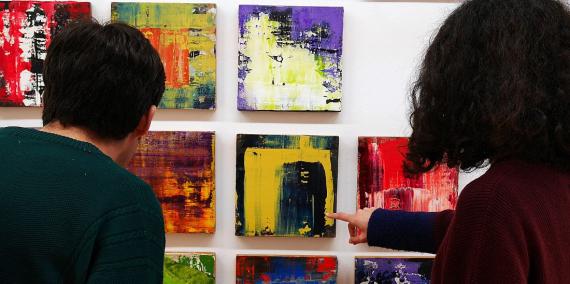 Persones mirant uns quadres en una exposició © Vicente Zambrano
