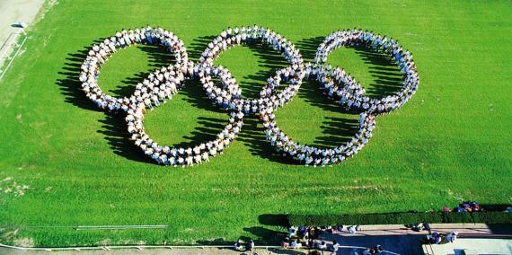 Voluntaris olímpics en un assaig de la cerimònia d'inauguració dels Jocs de 1992. Foto: AFB
