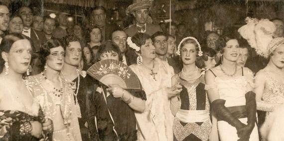 Participants al concurs de travestits Miss Barri Xino de 1934, imatge reproduïda al llibre La Criolla. La puerta dorada del Barrio Chino.
