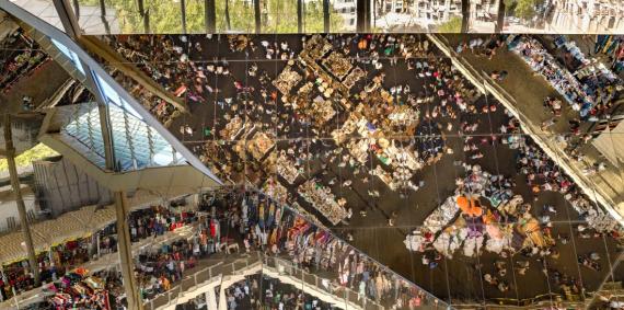 El sostre de miralls de la nova estructura que acull i reflecteix les parades dels Encants Vells, ara ubicats a l'Avinguda Meridiana i tocant a la plaça de les Glòries. © Rafael Vargas