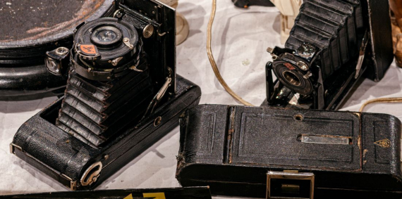 Cámeres de fotografia antigues. Objectes a la venda als Encants de Barcelona. © Rafael Vargas