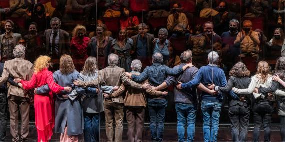 Actors i tècnics de l'obra Tres germanes saluden el públic (amb mascaretes) a l'escenari del Teatre Lliure. © Laura Guerrero