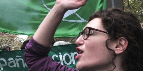 Marea Verde Barcelona és un col·lectiu en defensa de l'avortament legal, segur i gratuït, que denuncia les dificultats i l'estigmatització que encara hi ha a l'hora d'interrompre l'embaràs. A la imatge, una manifestació del col·lectiu l'any 2018.