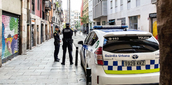 Patrullatge de la Guàrdia Urbana a la Plaça del Pedró al Raval © Pere Virgili