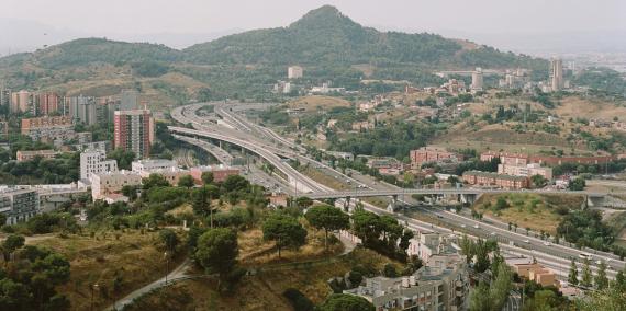 Vista general de la sortida de Barcelona per la Meridiana, amb el barri de Vallbona a la dreta del pont, i Ciutat Meridiana i Torre Baró a l'esquerra.