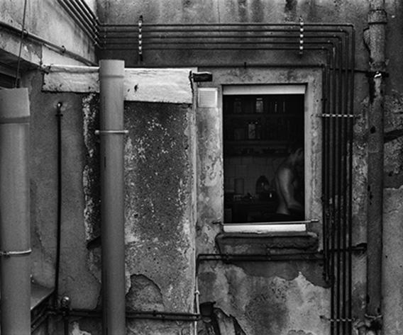 Fotografía en blanco y negro del patio interior de un edificio