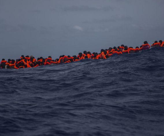 La pastera de la imatge allotjava 13 cadàvers i 168 supervivents que portaven més de 24 hores a la deriva. Un equip de l'ONG Proactiva Open Arms els va rescatar a la Mediterrània a unes 15 milles al nord de Sabratha, Líbia, juliol 2017. © Santi Palacios
