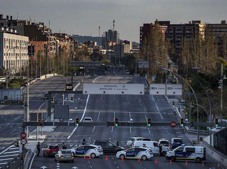 Control d'entrada de la Guàrdia Urbana i dels Mossos d'Esquadra a l'avinguda Meridiana. © Laura Guerrero