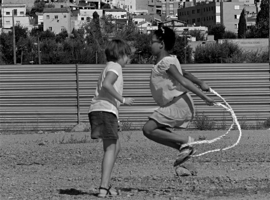 Dues nenes juguen al marge del riu Besòs. Al fons, el barri de Singuerlín de Santa Coloma de Gramenet. © Joan Guerrero