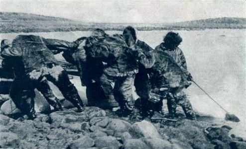 Els inuit durant l'escena de caça de la morsa.