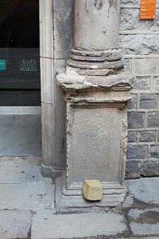 Peça de fang a la columna d'entrada del Museu