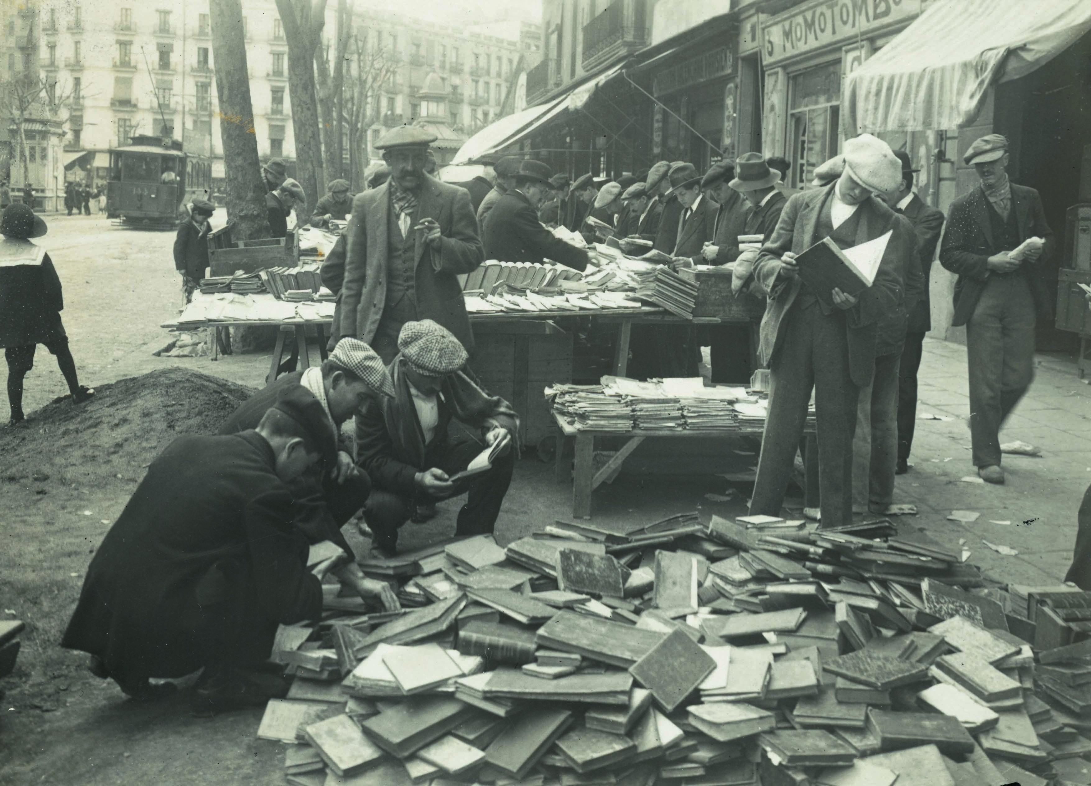 Mercat de llibres a la Ronda de Sant Antoni, 1915. (AFB) Frederic Ballell.