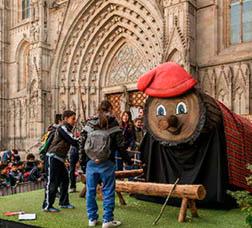El tió gegant davant de la façana de la catedral de Barcelona