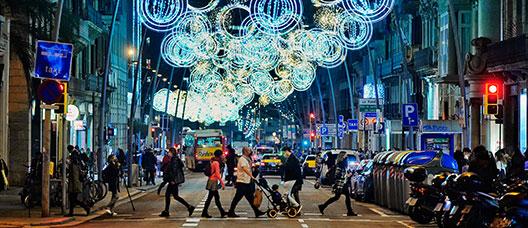 Carrer amb il·luminació nadalenca
