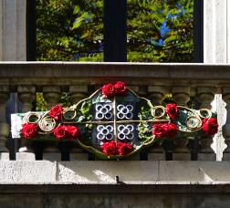 Balcó decorat amb roses de Sant Jordi