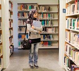 Jove pakistanesa a una biblioteca
