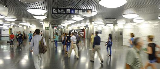 Personas en el vestíbulo de una estación de metro