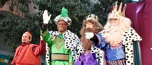 Los Reyes Magos saludan en la cabalgata del distrito de Les Corts