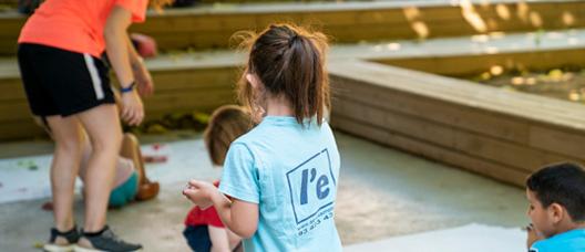 Un grup d'infants fa activitats de lleure a l'aire lliure