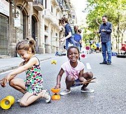 Infants participant en una activitat al carrer