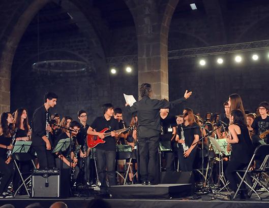 Actuación musical de una orquesta