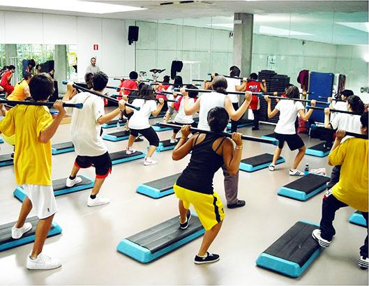 Grup de joves en una classe d'aeròbic