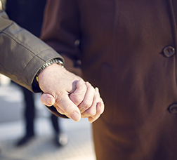 Dues mans agafades