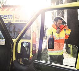 Personal del servicio de ambulancias fuera del vehículo médico
