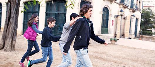 Grupo de niños y niñas y jóvenes corriendo