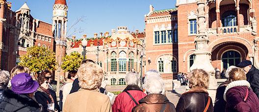 Grup de persones jubilades visitant el recinte modernista de Sant Pau