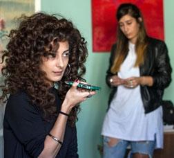 Fotograma de la pel·lícula Bar Bahar, entre dos mundos, en què es veuen tres dones joves en una habitació