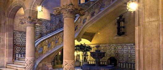 Escalera de un edificio modernista