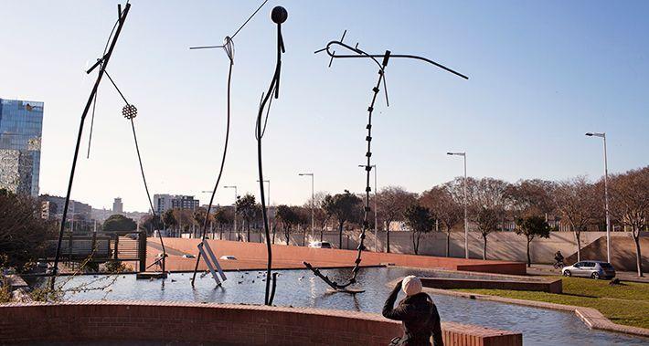 Dona mirant l'escultura que hi ha al llac del parc del Litoral