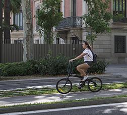 Una ciclista circula per un carril bici
