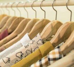 Camisas expuestas en una percha