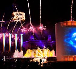 Espectáculo de luz, agua, pirotecnia y música en la avenida de la Reina Maria Cristina.