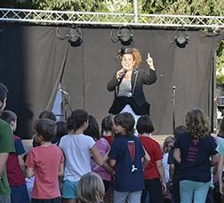 Grupo de niños mirando un espectáculo de circo