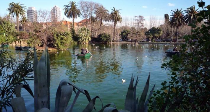 Lago del parque de la Ciutadella con una pareja en una barca