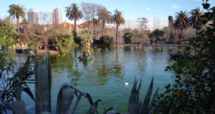 Parc de la Ciutadella lake with a couple on a bench