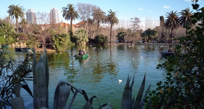 Llac del parc de la Ciutadella amb una parella en una barca
