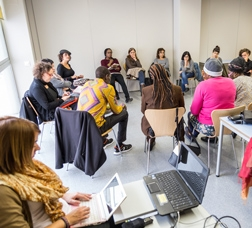 Un grupo de personas se reúne en una sala