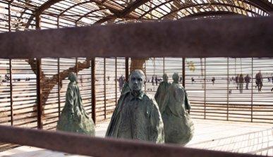 Estructura de hierro en la playa de Barcelona