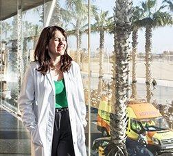 Doctora al passadís de l'Hospital del Mar