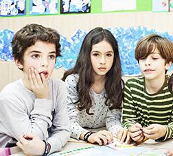 Niños y niñas en un aula