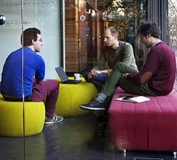 Grup de joves reunits en un espai de treball