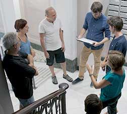 Reunió de veïns a l'entrada d'un edifici